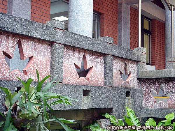 汐止拱北殿18-融合楓意的欄牆