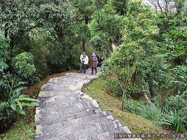 汐止拱北殿30-通往川流亭石階步道較陡