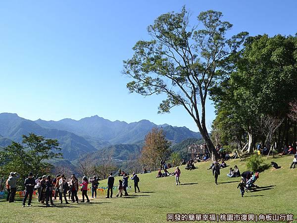 角板山12-一片大草皮空地,不少親子在上面休憩與嬉戲