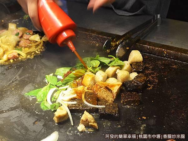 香腸炒米腸04-鐵板上放上食材