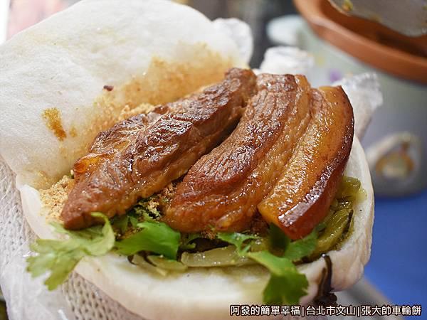 張大帥車輪餅09-刈包放入大塊的焢肉