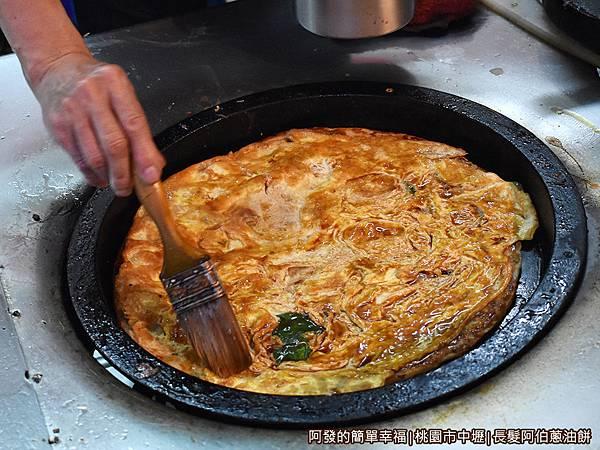長髮阿伯蔥油餅07-塗上醬料