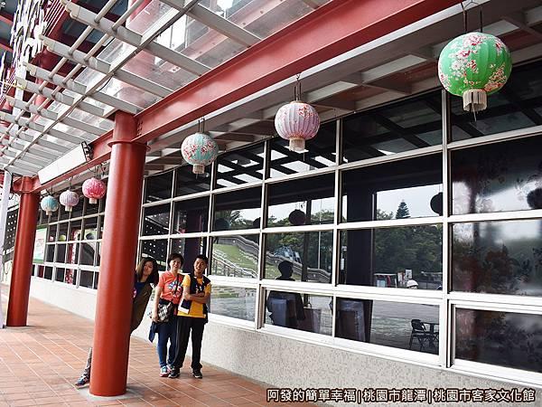 桃園市客家文化館07-廊道上掛著整排客家花布燈籠