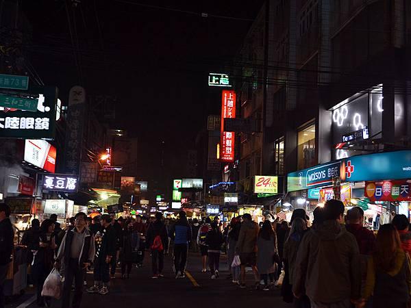 中原夜市超人氣十大銅板美食懶人包01-比想像的大且還多人潮.JPG