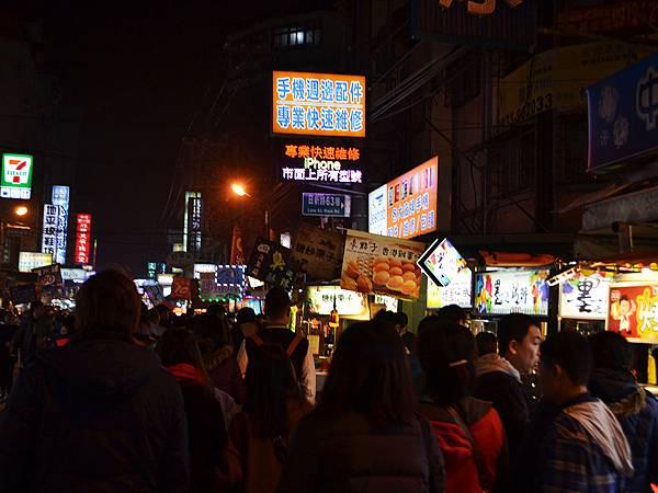 中原夜市超人氣十大銅板美食懶人包02-六點多人潮已湧現.JPG