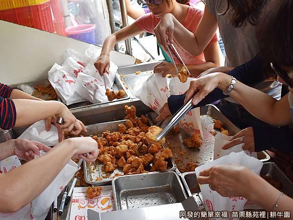 耕牛園05-炸雞才一起鍋就看到大家的手.JPG