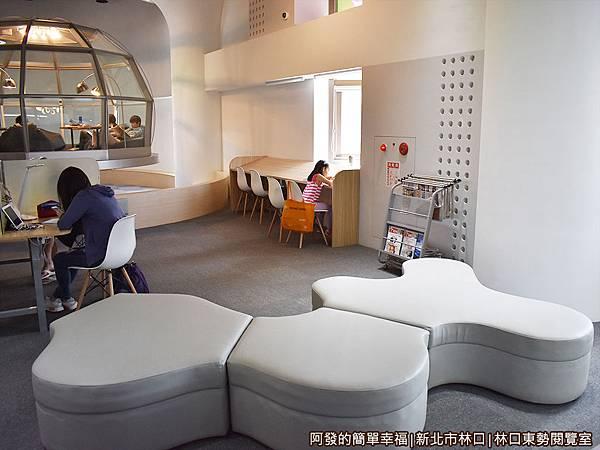 林口東勢閱覽室05-入口處的沙發閱覽區.JPG