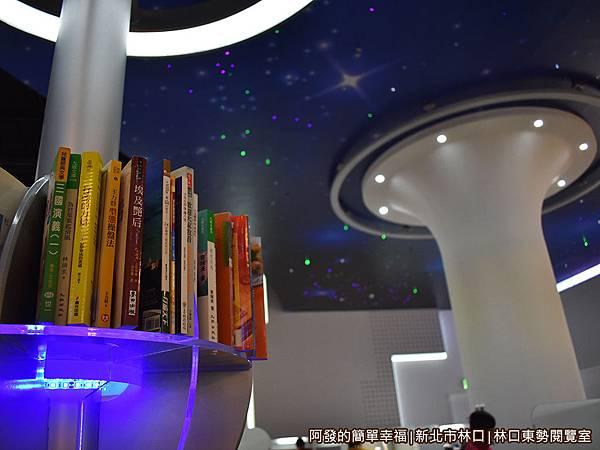 林口東勢閱覽室14-書架造型很具科技感.JPG