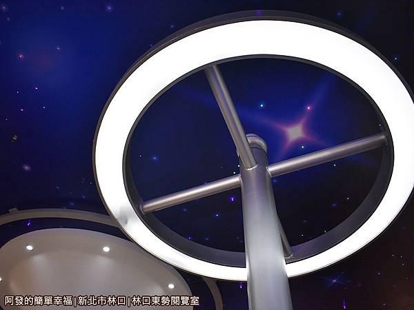 林口東勢閱覽室15-天花板美麗又科幻.JPG