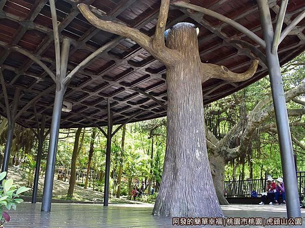 虎頭山公園16-樹屋下的大涼亭.JPG