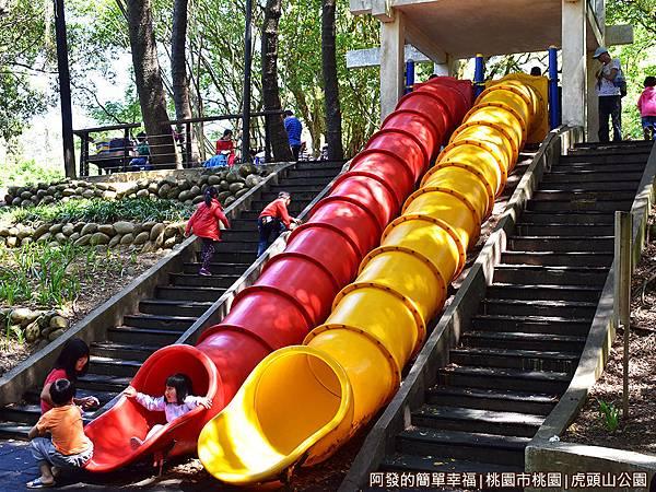 虎頭山公園17-順著山坡而下的管狀溜滑梯.JPG