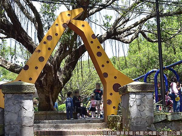 虎頭山公園19-靠近孔廟側的遊戲區入口.JPG