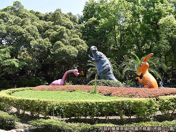 虎頭山公園21-大圓形花圃上的恐龍出沒.JPG