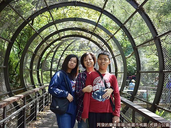 虎頭山公園27-網狀隧道內留影.JPG