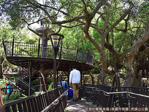 虎頭山公園07-樹屋之間的步道.JPG
