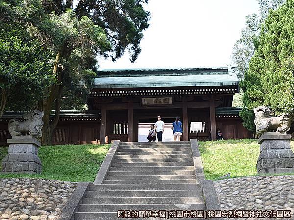 桃園忠烈祠暨神社文化園區22-往中門(神門)的石階參道.JPG