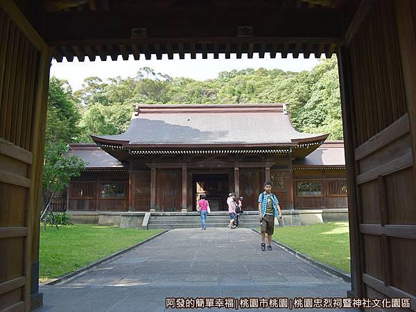 桃園忠烈祠暨神社文化園區27-中門(神門)裡的拜殿.JPG