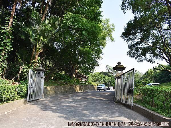 桃園忠烈祠暨神社文化園區02-停車場入口兩側有石燈籠.JPG
