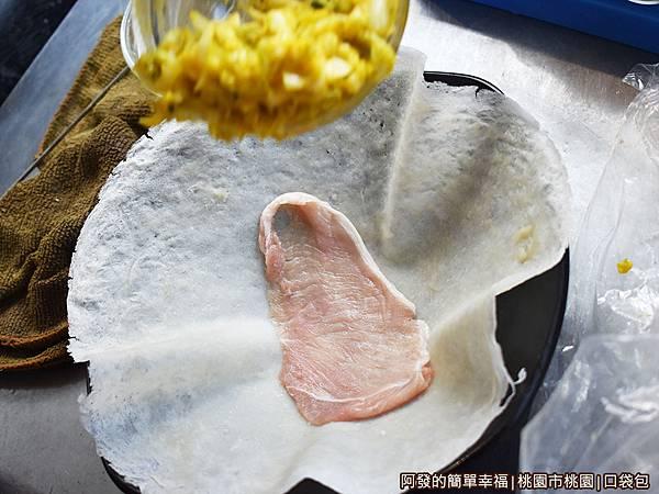 口袋包08-潤餅皮上放入肉片.JPG