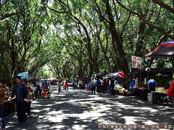 虎頭山公園周邊景點美食06-明倫三聖宮很熱鬧的市集.JPG
