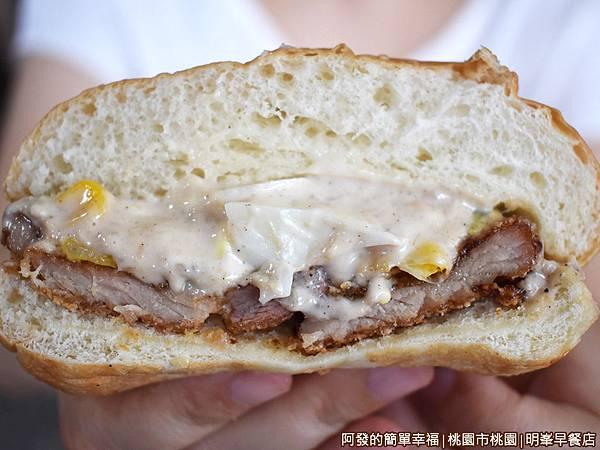 明峯早餐店19-鮪魚加肉漢堡剖面.JPG