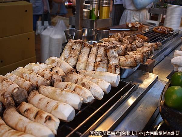 大南路燒烤杏鮑菇06-一條龍的燒烤作業流程.JPG