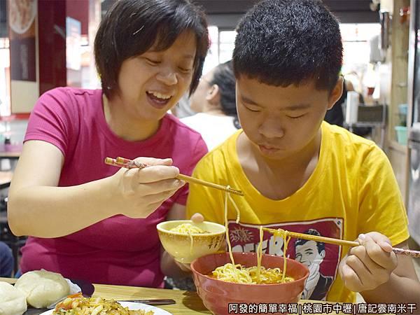 唐記米干19-咖哩雞油麵-份量不少.JPG