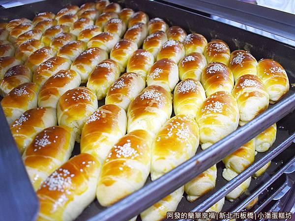 小潘蛋糕坊11-剛出爐的小牛角奶酥麵包.JPG
