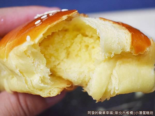 小潘蛋糕坊19-小牛角奶酥麵撕開.JPG