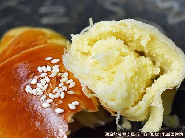 小潘蛋糕坊20-小牛角奶酥麵包剖面.JPG