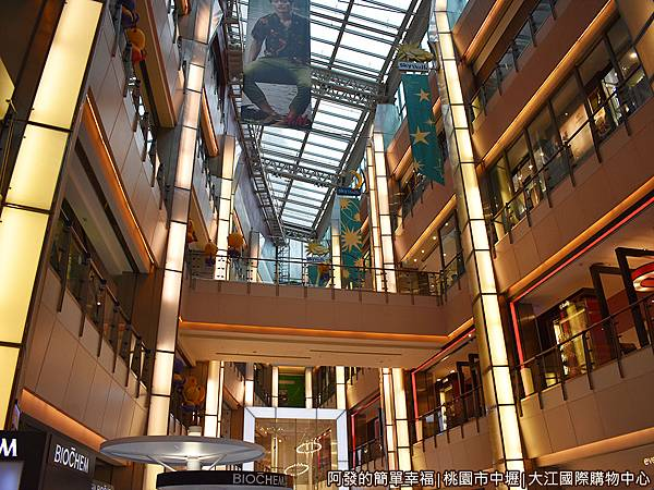 大江國際購物中心10-很有氣氛的內部建築設計.JPG