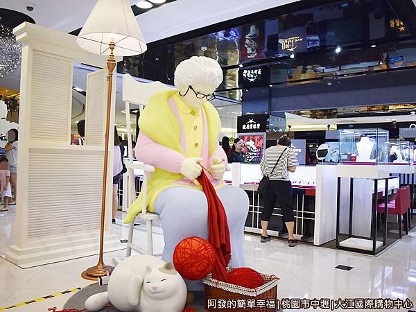 大江國際購物中心11-愛麗絲夢遊仙境-老奶奶.JPG