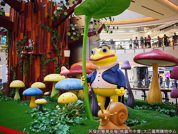 大江國際購物中心16-愛麗絲夢遊仙境-逗趣的青蛙先生牽著蝸牛.JPG