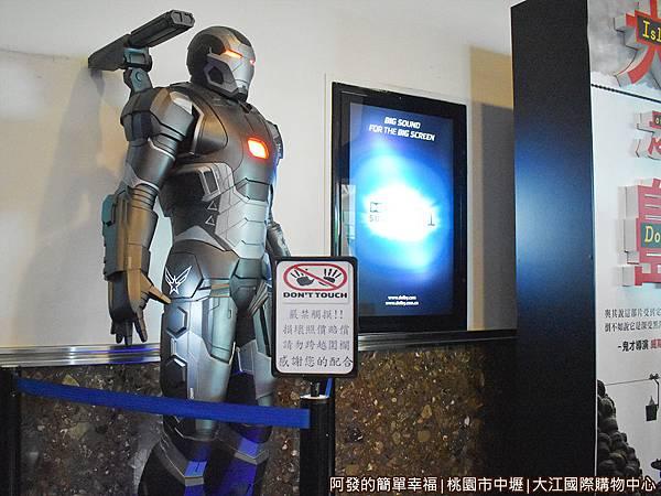 大江國際購物中心32-大型鋼鐵人.JPG