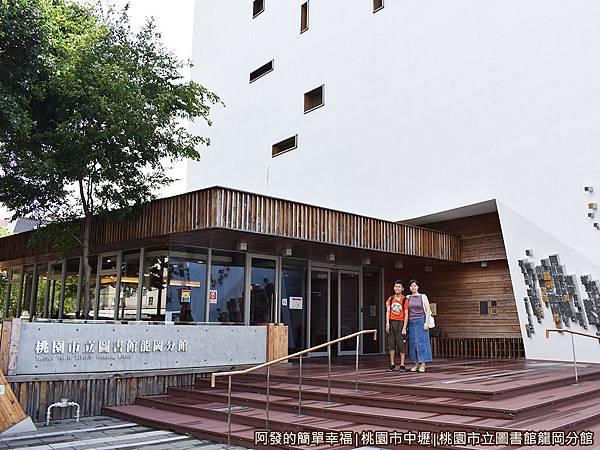 龍岡圖書館04-西側入口.JPG