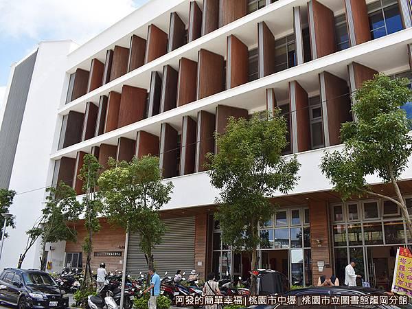 龍岡圖書館02-南側外觀-有如一座大書櫃.JPG