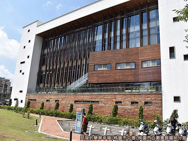 龍岡圖書館07-圖書館北側-大片玻璃外牆上一條條的垂木.JPG