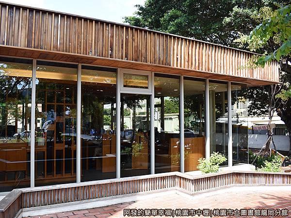 龍岡圖書館06-圖書館西側的閱報廳外觀有如咖啡館.JPG