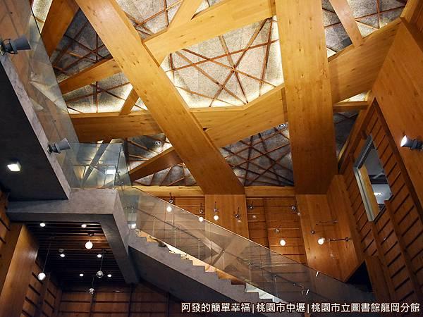 龍岡圖書館10-木質樹枝交錯狀的天花板.JPG