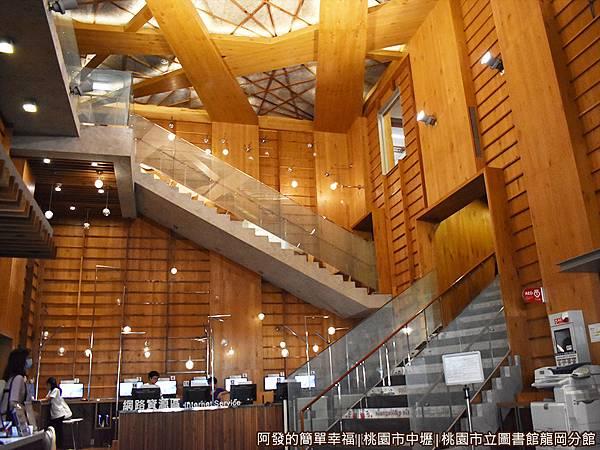 龍岡圖書館09-讀者大廳挑高8米且可讓讀者隨著階梯而上.JPG