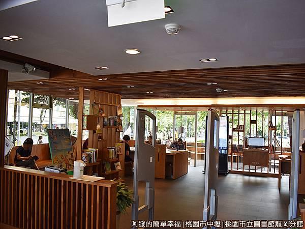 龍岡圖書館13-閱報廳散發文青咖啡館的氣息.JPG
