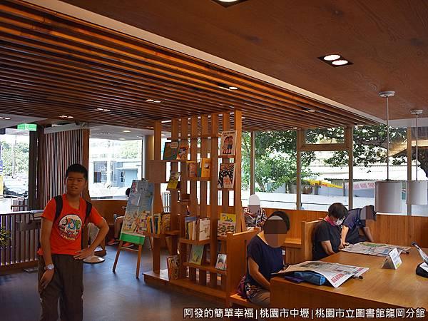 龍岡圖書館14-閱報廳採光十分良好.JPG