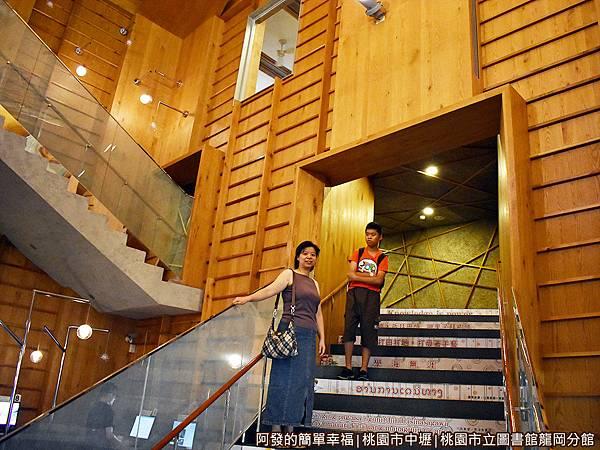 龍岡圖書館16-拾階而上.JPG