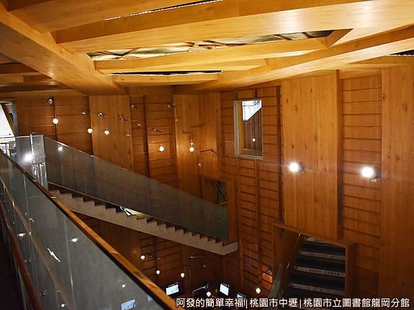 龍岡圖書館20-哈利波特魔法學校裡的階梯.JPG