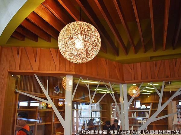 龍岡圖書館25-藤燈.JPG