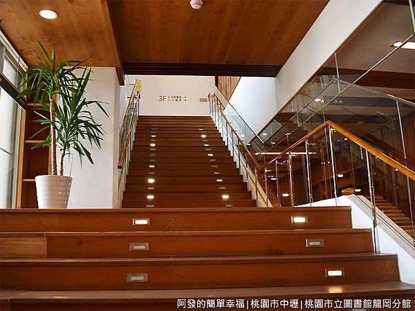 龍岡圖書館29-通往三樓的階梯.JPG