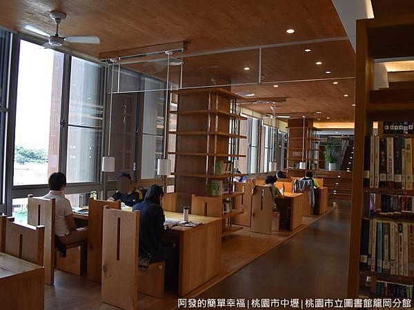 龍岡圖書館32-圖書閱覽區-座位區.JPG