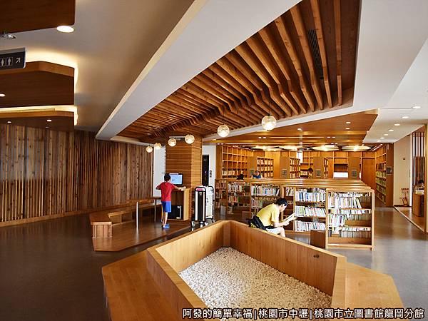龍岡圖書館30-圖書閱覽區.JPG