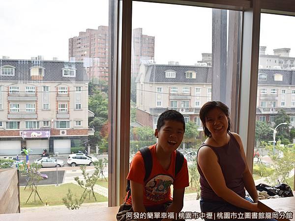 龍岡圖書館34-圖書閱覽區-落地窗旁的座位.JPG