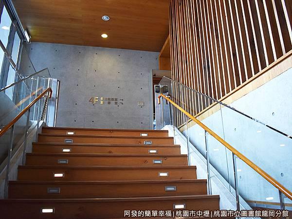龍岡圖書館35-往四樓的階梯.JPG